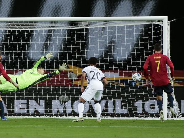 Das Unheil nimmt seinen Lauf: Seleccion-Stürmer Morata brachte die Iberer in einem denkwürdigen Spiel in Front.