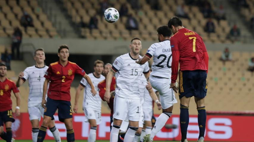 17.11.2020, Spanien, Madrid: Fußball: Nations League A, Spanien - Deutschland, Gruppenphase, Gruppe 4, 6. Spieltag: Der Spanier Alvaro Morata (r) köpft den Ball zum Tor. Foto: Miguel Morenatti/AP/dpa +++ dpa-Bildfunk +++