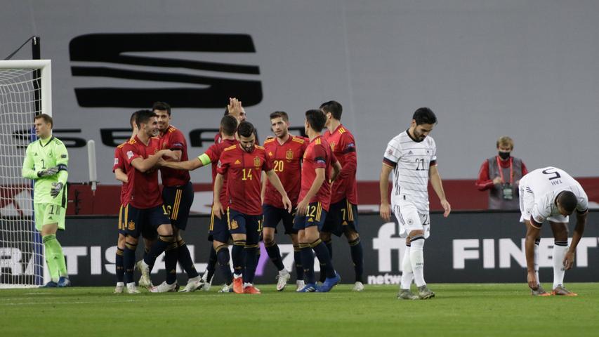 Ohne Ende liefen die Spanier auf das Tor von Manuel Neuer zu, immer wieder entstanden Überzahlsituationen, die sich auf deutscher Seite offenbar niemand so ganz erklären konnte.