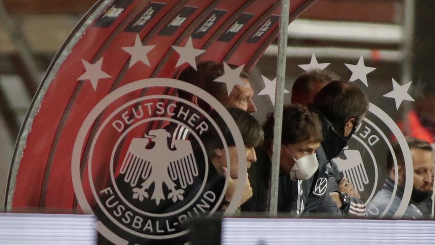 Sichtlich ratlos stand der Bundestrainer an der Außenlinie und zog sich schließlich auf die Bank zurück.