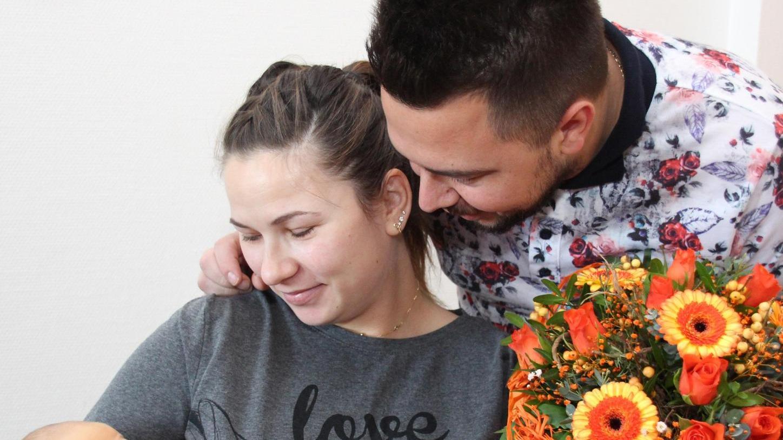 Die stolzen Eltern Bogdon Florin und Mariana-Mihaela Miresan mit ihrem kleinen David Gabriel, der nun als 700. Baby einen neuen Geburten-Rekord für das Weißenburger Krankenhaus aufstellte.