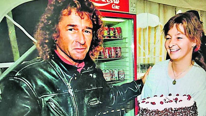 Als dieses Foto entstand, war Susanne Panhans (rechts) Ende 20, der Rockmusiker Peter Maffay Mitte 40. Und die Schwarzwälder Kirschtorte ganz frisch.