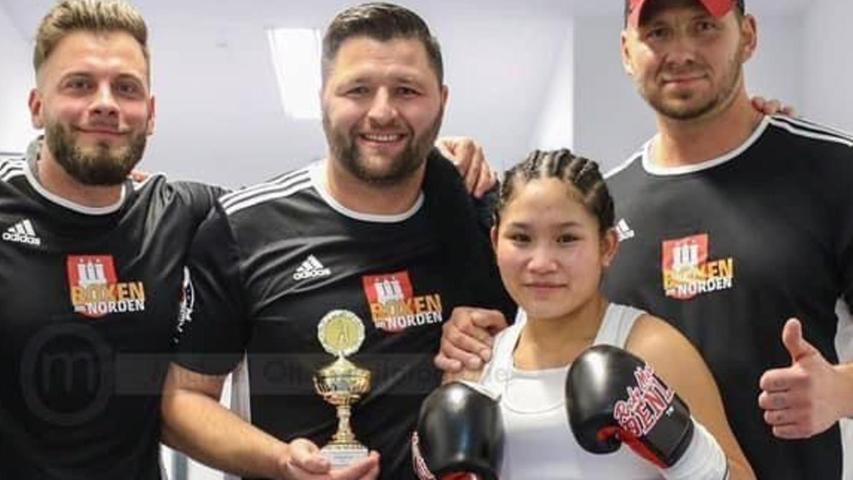 Die 20-jährige SchwabacherinFai Phannaraiist jüngst Internationale Deutsche Meisterin im Profi-Boxen geworden.Jiri Resl (rechtsim Bild) trainiert die junge Frau mit thailändischen Wurzeln seit ihrem 15. Lebensjahr.