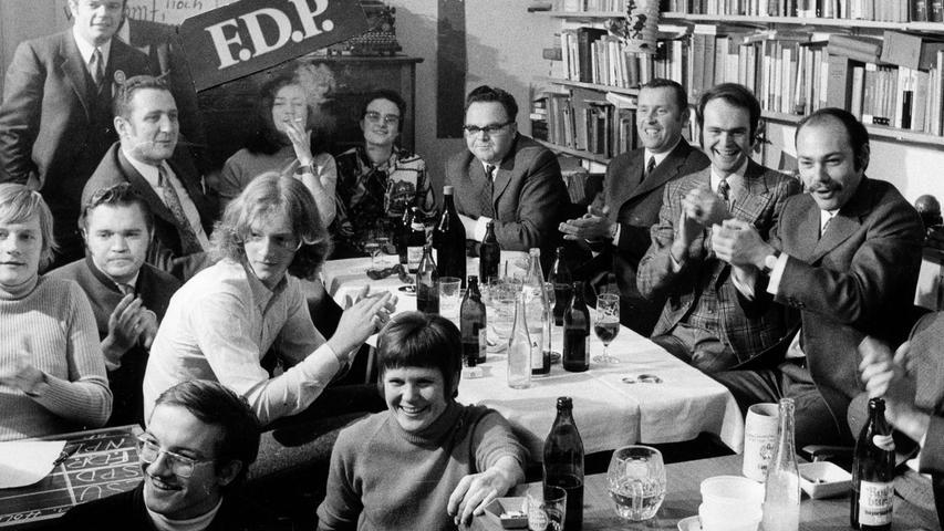 Jubel in der Hastverstraße: die FDP zieht wieder in den Landtag ein. Hinten links: zwei der fünf Kandidaten: Peter Hürner (stehend) und Michael Sachs. Hier gehts zum Kalenderbatt vom 23. November 1970: Nürnberg gab Ausschlag für Bayern.