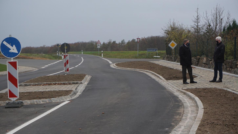 Sugenheims Erster Bürgermeister Reinhold Klein (r.) und Landrat Helmut Weiß trafen sich an der Querungshilfe am Ortsausgang von Sugenheim zur Eröffnung der NEA 31.