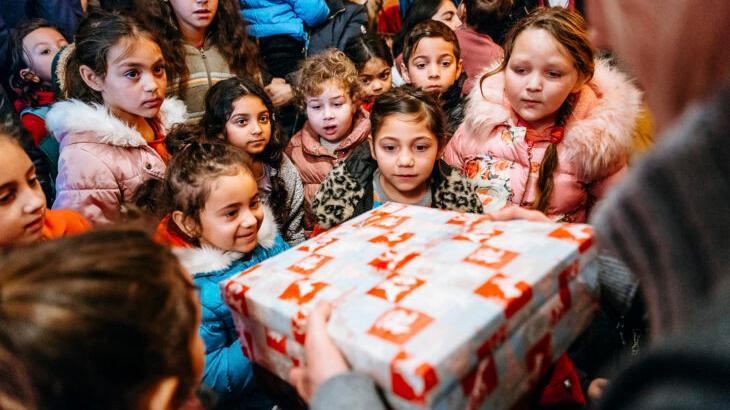 Das Pressefoto von Samaritan's Purse zeigt nach Angaben der Organisation die Verteilung von Weihnachtspäckchen bei Roma-Kindern in Rumänien.