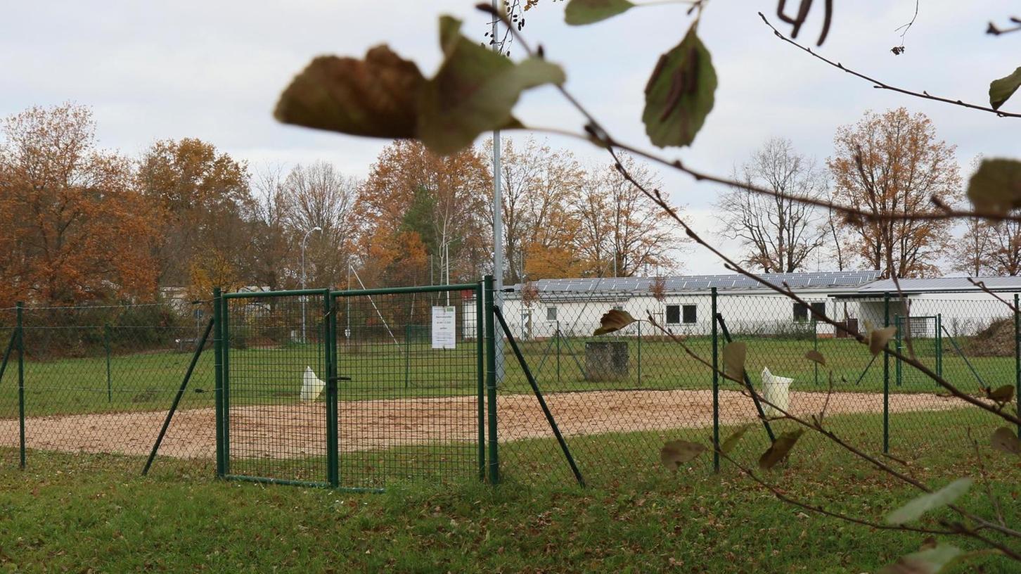 Hier könnte ein Kleinfußballfeld (Soccer Court mit Bande) entstehen. Hinten ist das Gebäude der Röttenbacher Besenbinder zu erkennen.