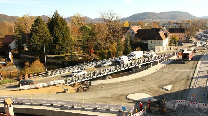 Die neue Kuhpegnitzbrücke kann ab dem heutigen Freitag Nachmittag einspurig stadtauswärts befahren werden. Stadteinwärts bleibt der Verkehr bis zum Frühjahr auf der Behelfsüberquerung – ohne die nervige Ampel.