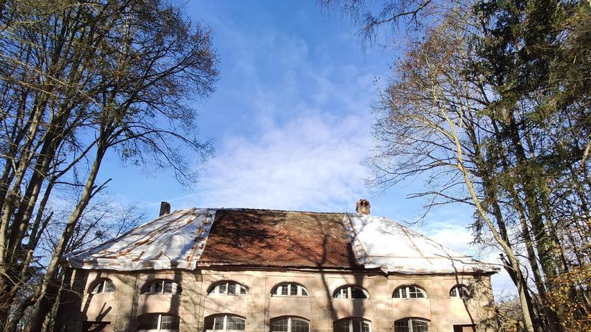 Jetzt aber tut sich vieles. Das Weißenburger Landratsamt hat Druck auf die Erbengemeinschaft gemacht, die Gebäude zumindest notdürftig zu sichern. Die Orangerie hat nun ein Notdach bekommen.