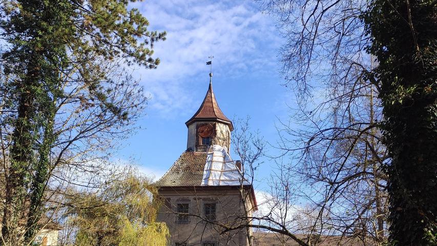 Auch das Dach des Torturms ist für den Winter mit einer provisorischen Dachabdeckung versehen worden.