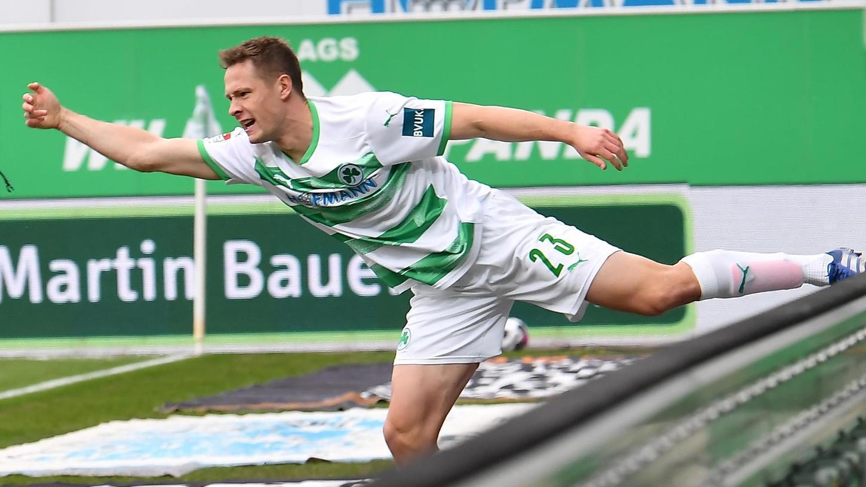 Ausbalanciert: Paul Jaeckel traf beim 3:1 der Fürther über Regensburg auf beiden Seiten ins Tor, fing sich aber nach seinem Missgeschick wieder.