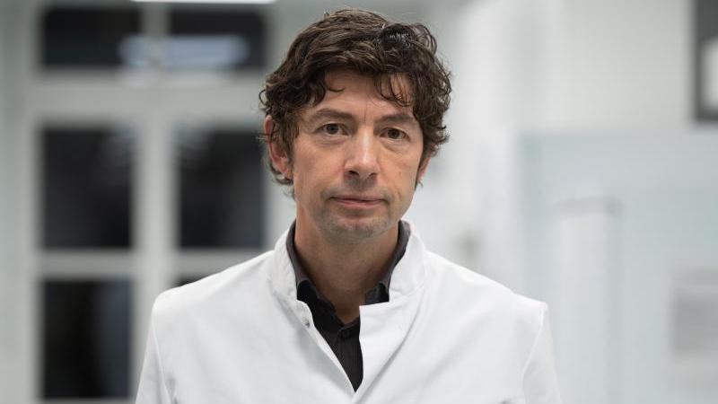 Am 16. Januar 2020 gibt die Berliner Charité die Entwicklung eines ersten Tests bekannt. Verdachtsfälle können nun schnell auf das Virus untersucht werden. Christian Drosten, Leiter der Virologie an der Charité, wird zu einem der Gesichter der Pandemie. Er hatte zuvor bereits umfassend zum Sars-Virus geforscht.