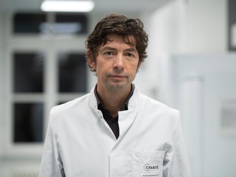 Virologe Christian Drosten nimmt Stellung zum Umgang bei Symptomen einer möglichen Corona-Infektion.