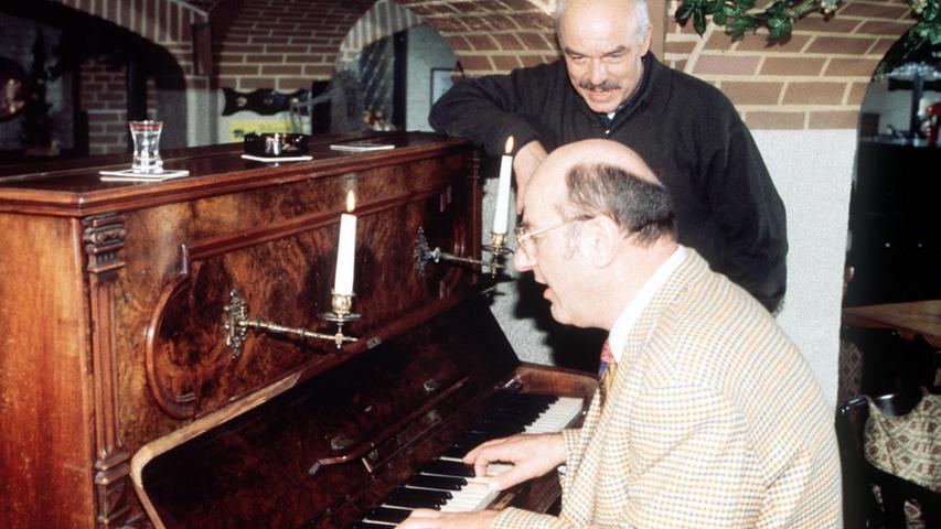 Manfred Krug spielte als HamburgerKommissar Brockmöller gerne auch mal Klavier und sang dann mit Charles Brauer. Sehr erfolgreich...