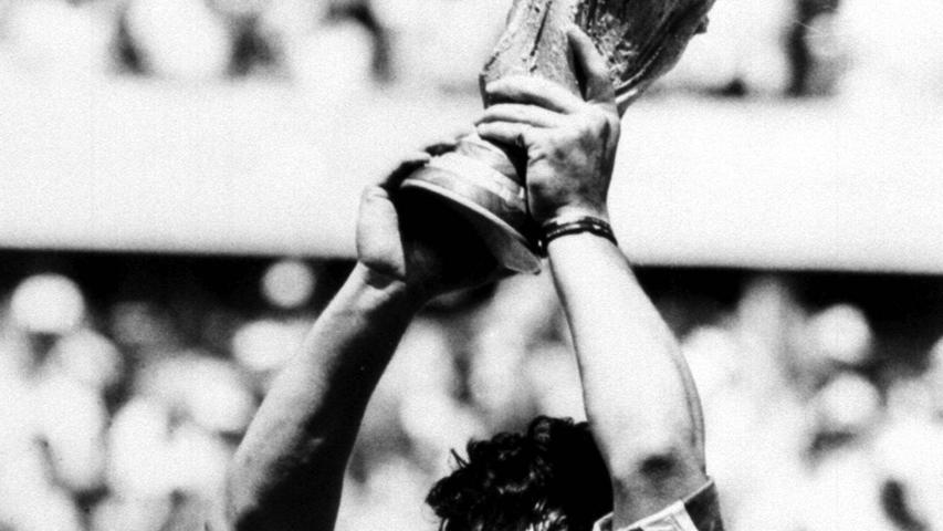 Ein Schock für die gesamte Fußball-Welt. Die argentinische Legende Diego Maradona verstarb am 25. November im Alter von nur 60 Jahren anden Folgen eines Herzkreislaufstillstandes.