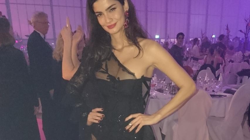 Model Shermine Shahrivar trug 2018 ein Kleid mit Durchblick.