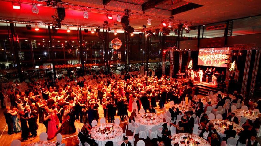 """2012 fand der Ball mit 500 Gästen im Glasbau von Mercedes Benz am Wöhrder See statt. Wirtschaftsreferent Michael Fraas prognostizierte damals, dass der Ball eine """"Marke"""" wird. Er sollte Recht behalten."""