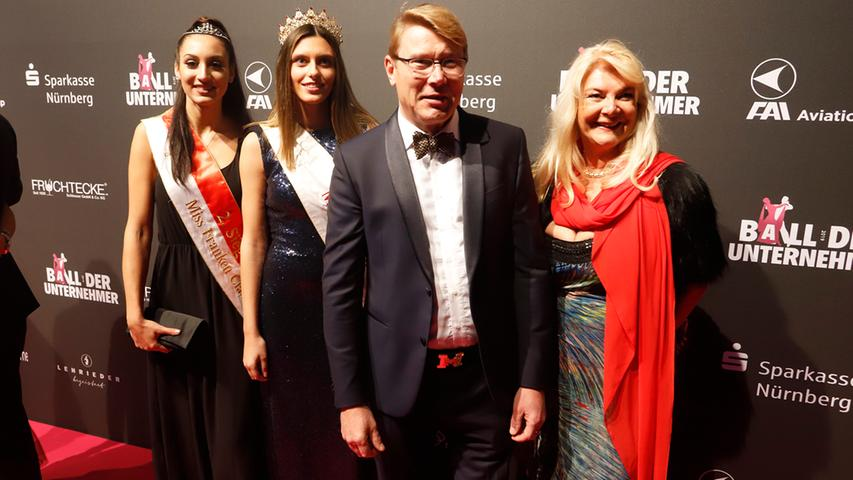 2019 war Rennfahrer Mika Häkinnen der Stargast und als Fotomotiv gefragt. Hier mit Modelagentur-Chefin Marie-Luise Cawi (re) und