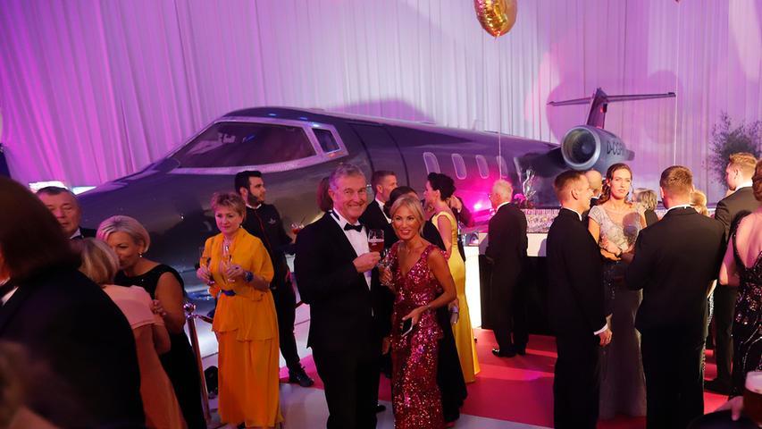 Ein Flugzeug als Deko: Denn 2019 fand der Ball zum zweiten Mal im Hangar 8 am Flughafen statt. Unternehmer Alexander Brochier und Ehefrau Birsen waren, wie oft, gern dabei.