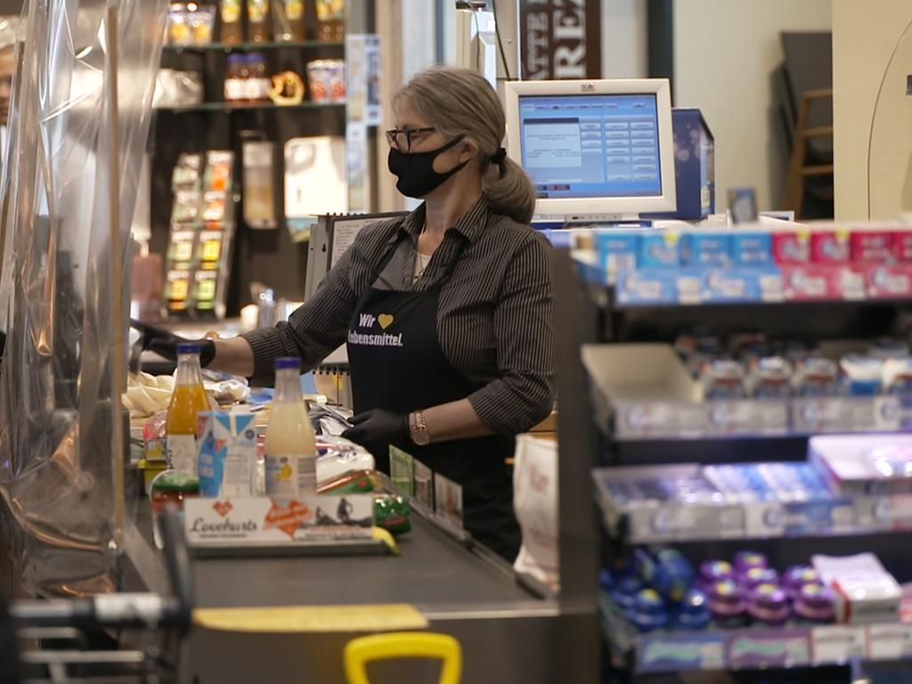 Motiv: Spätestens am Montag (27.04.2020) gilt in Deutschland Maskenpflicht. Das heiß?t: Jeder, der zum Beispiel einkaufen geht, muss einen Mundschutz tragen oder zumindest einen Schal, der Mund und Nase bedeckt.Bleibt die Frage, ob sich die Deutschen wirklich daran halten. Julia Fuchs ist zuversichtlich, sie leitet einen EDEKA-Markt in Regensburg. Ich habe ein positives Gefühl. Man merkt jeden Tag, dass mehr Kunden mit Mundschutz kommen, mittlerweile haben schon 80% der Kunden Masken auf, sagt Fuchs. Ich trage jetzt schon eine Maske, um mich daran zu gewöhnen. Mit der Brille ist es unangenehm, aber wer es ernst meint, sollte eine tragen, sagt Wolfgang Troidl, ein Kunde des Supermarkts.Aktuell tragen in Bayern schon viele freiwillig Masken - aber nun wird es zur Pflicht. Julia Fuchs kündigt an, zusammen mit ihren Mitarbeitern alle Kunden, die ohne Masken kommen, ab Montag abzuweisen. Sie will sie dann höflich bitten mit einem Mundschutz wiederzukommen.Ich finde die Masken sehr wichtig, weil es darum geht andere zu schützen, sagt die Unternehmerin. Foto: NEWS5 / Pieknik Weitere Informationen... https://www.news5.de/news/news/read/17680 Handel; Einkauf, Corona, Supermarkt, Kasse; Arbeit, Kassiererin, Mundschutz, Gesichtsmaske, Spuckschutz;