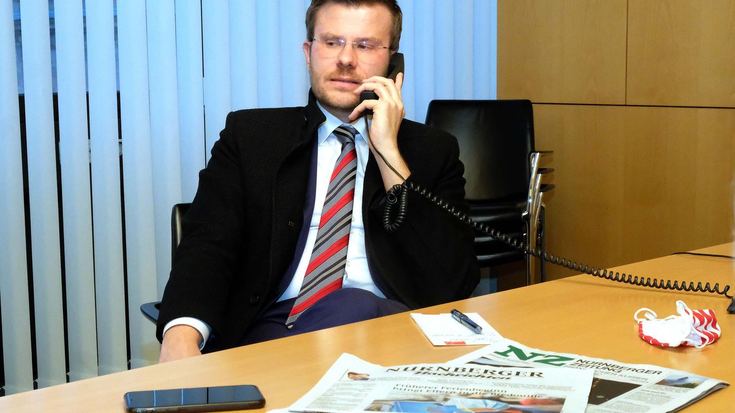 Dauer-Telefonat:Oberbürgermeister Marcus König kommt bei seinem Besuch im Verlag Nürnberger kaum mehr vom Hörer weg. Die Bürger haben viele Fragen parat.