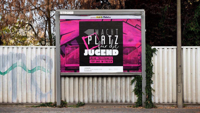 Zehn große und Dutzende kleine Plakate machen zurzeit auf die Anliegen von Fürther Jugendlichen aufmerksam.