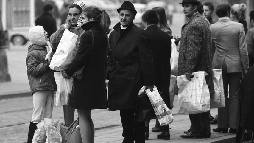 Viele Nürnberger waren vernünftig und warteten lieber auf die Straßenbahn. Hier geht es zum Kalenderblatt vom 30. November 1970: Das Chaos im Verkehr blieb aus.