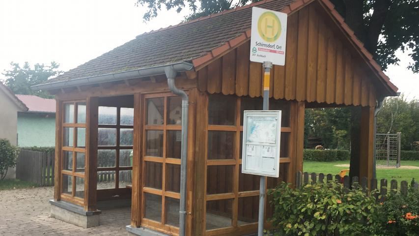 Mit allem Pipapo in Schirnsdorf (Mühlhausen): Schicke Holzbauweise, Satteldach, Windschutz, Regenrinne. Dahinter ein Spielplatz, wenn's mal länger dauert.