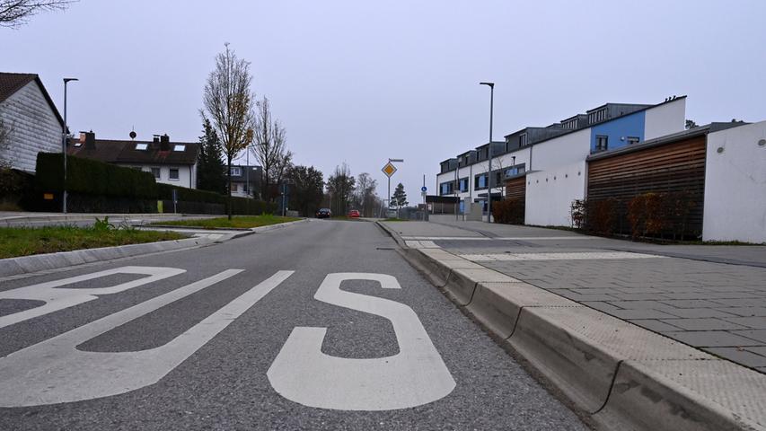 Die Bushaltestelle Kornblumenweg in Spardorf hat kein Wartehäuschen, ist aber mit einem Hochbord ausgestattet, um das Ein- und Aussteigen zu erleichtern.