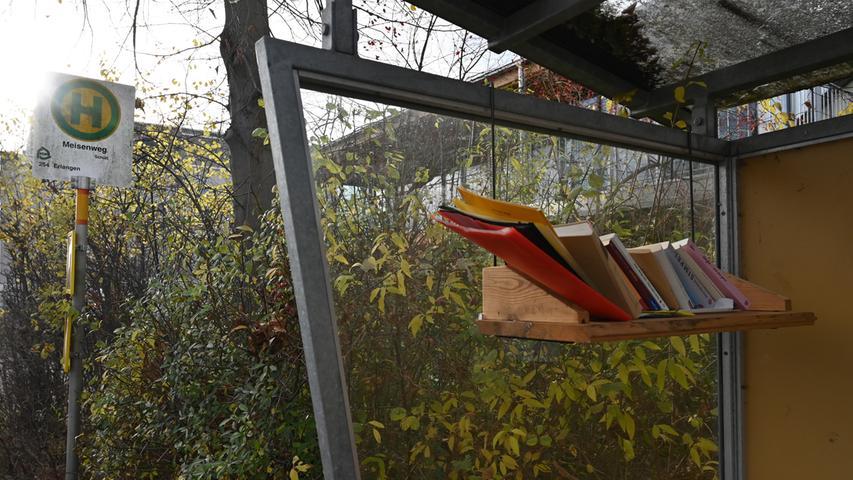 Schön ist Bushaltestelle Meisenweg in Möhrendorf nicht, aber es stehen dort Bücher zum Mitnehmen bereit. Oder zum Lesen an der Haltestelle.