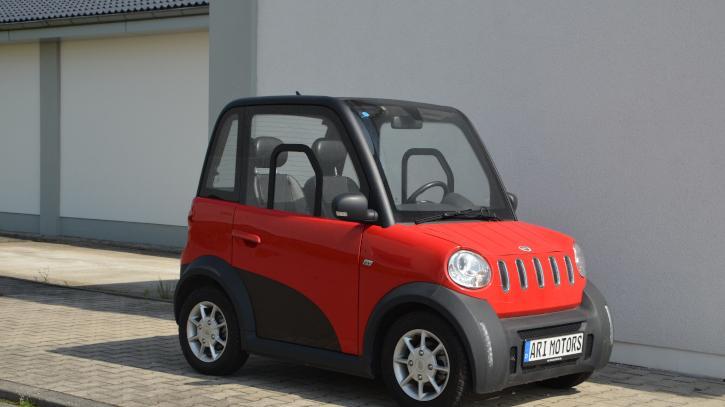 Ari Motors ist ein Autobauer aus Sachsen. Der Ari 802 (Foto) nimmt zwei Personen mit, der Ari 804 deren vier. Für den Viersitzer lassen sich Solarpanels auf dem Dach bestellen. Als Energiespeicher dient wahlweise ein Blei-Gel- oder Lithium-Ionen-Akku, die Reichweiten variieren zwischen 120 und 285 Kilometern. Gedrosselt auf 25 km/h, kostet der Ari 802 ab 8921 Euro, der Ari 84 ab 11.580 Euro. Alternativ fahren beide Modelle 45 oder 80 km/h schnell.