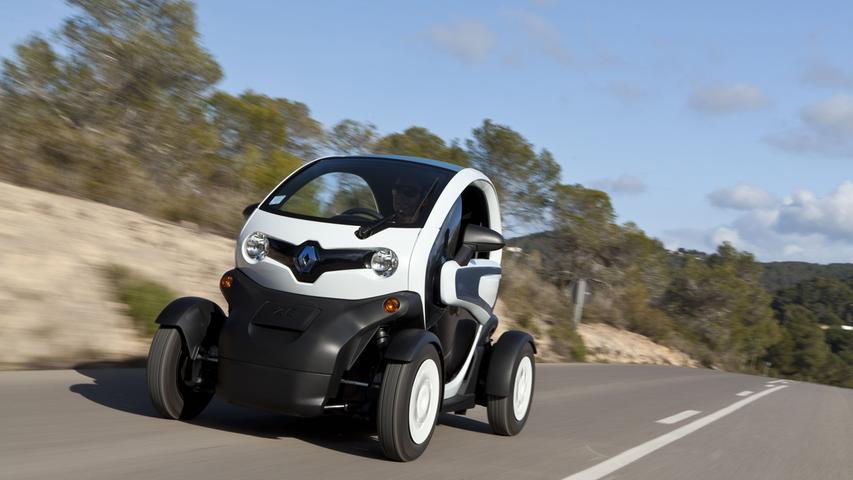 Der Renault Twizy ist der Klassiker unter den 6e-Fahrzeugen, die schon mit Führerschein A beziehungsweise S oder jedem Zweiradführerschein gefahren werden dürfen. Als Twizy 45 kostet er ab 6775 Euro, hinzu kommt die Batteriemiete.