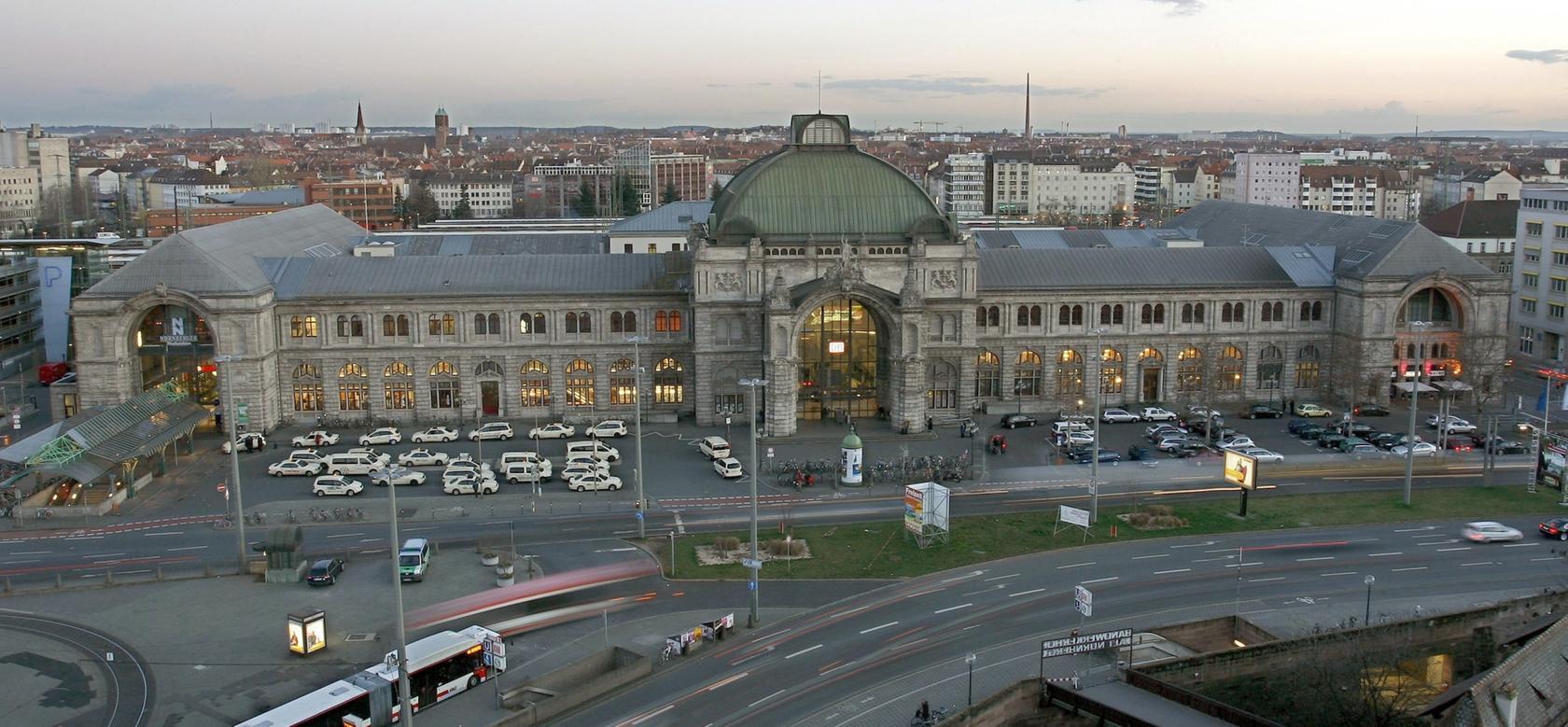 Die Deutsche Bahn will die zehn deutschen Bahnhöfe mit der höchsten potenziellen Terrorgefahr sicherer machen. Auch der Nürnberger Hauptbahnhof soll deshalb eine komplett neue Videoüberwachung erhalten.