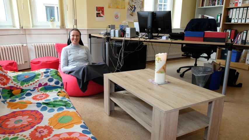 Die Maria-Ward-Schwester Magdalena Winghofer kümmert sich seit 2016 um die Belange der katholischen Jugendarbeit in Nürnberg. Das bedeutet auch Papierkram. Was ihr bei der Konzentration hilft? Zum Beispiel, dass man sich beherzt in einen Sitzsack fallen lassen kann. Zum ganzen Artikel