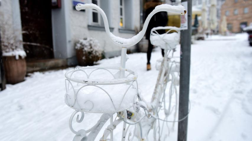 FOTO: Hana-Joachim Winckler DATUM: 01.12.20..MOTIV: Erster Schnee in diesem Winter - pünklich zum 1. Dezember - Innenstadt Fürth - Altstadt