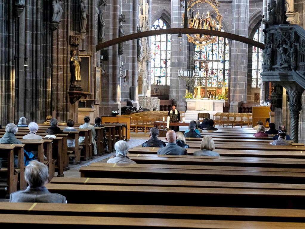 Nürnberg , am 10.05.2020..Ressort: Lokales ..Foto: Roland Fengler.. Motiv: Lorenzkirche Nürnberg,.Corona: Erster Gottesdienst in St. Lorenz ,....Innenansicht Kirche; Messe; Abstand, Mindestabstand, Maskenpflicht, social distancing,