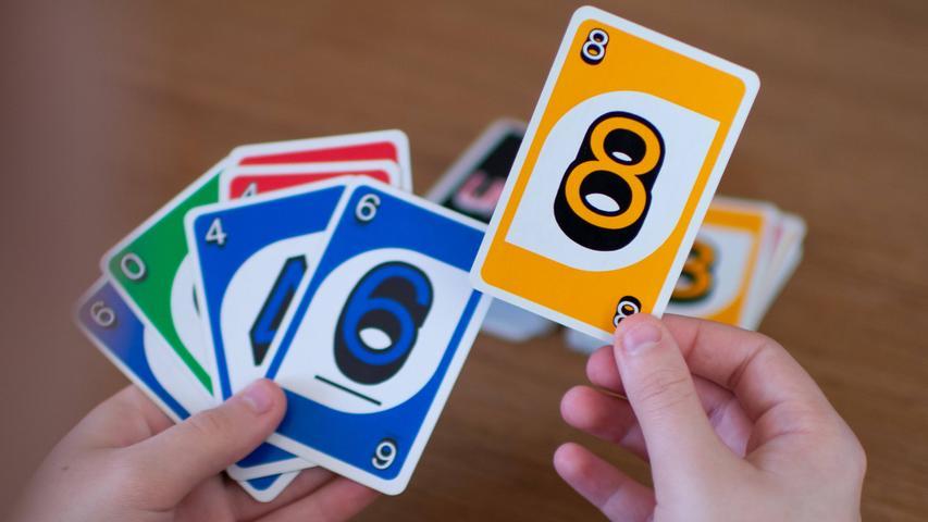 Der schnelle Spaß für alle! Ziel des Spiels ist es, zuerst alle eigenen Karten nach Zahl und Farbe abzulegen. Verschiedene Aktionskarten sorgen im Spielverlauf für überraschende Wendungen. Wer zuerst alle Karten ablegt, gewinnt das Spiel. Bevor die vorletzte Karte abgelegt wird, muss jedoch
