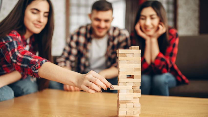 Bei dem kultigen Geschicklichkeitsspiel werden 60, meist hölzerne, Bauteile zum namensgebenden Jenga-Turm gestapelt. Reihum lösen die Mitspieler mit ruhiger Hand Steine aus dem Turm und legen diese oben wieder auf. Das Spiel endet, wenn der Turm einstürzt. In diesem Sinne: Stapel die Klötze so hoch du kannst!  Autor: Leslie Scott, Verlag: Hasbro Gaming, Spieleranzahl: 2 bis 10 Spieler, Altersempfehlung: ab 8, Spieldauer: 20 bis 30 Minuten