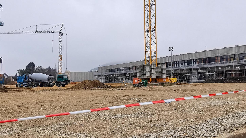Noch ist eine große, planierte Fläche dort zu sehen, wo einmal die neue Vierfachsport- und Mehrzweckhalle der Treuchtlinger Senefelder-Schule stehen soll. Derzeit werden Löcher für Fundamente gebohrt.