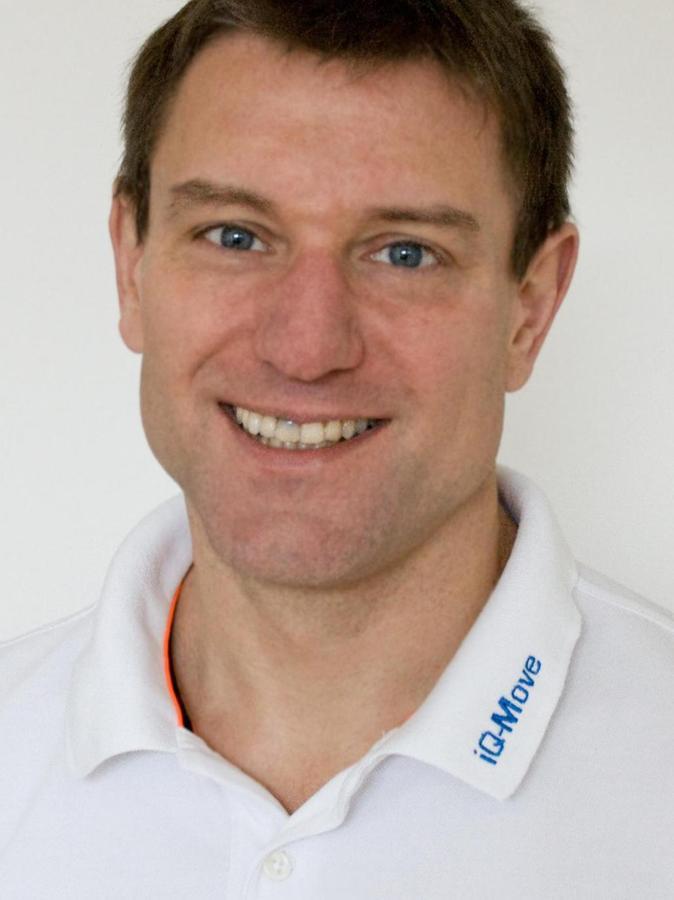 Dr. Leonard Fraunberger, 52, aus Erlangen ist Facharzt für Innere Medizin und Kardiologie, Sportmediziner und Vizepräsident des Bayerischen Sportärzteverbandes. Er leitet im Arbeitsbereich für Sport- und Bewegungsmedizin am Department für Sportwissenschaft und Sport der Uni Erlangen-Nürnberg die sportärztliche Untersuchungsstelle. Sein Fachgebiet sind die Auswirkungen von Bewegung aufs Herzkreislauf- und Immunsystem. In seiner Praxis IQ-Move untersucht er seit 2011 unter anderem die Nachwuchs- und Profifußballer der SpVgg Greuther Fürth, seit kurzem auch die Ice Tigers.