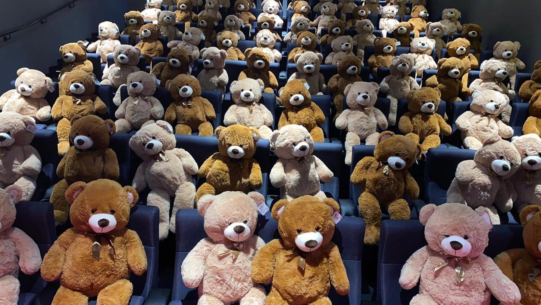 90 Teddybären besetzen dieser Tage den Saal der Lichtspiele in Großhabersdorf: Gegen eine Spende von 50 Euro suchen sie ein Zuhause. Sie sind sehr gefragt: Mittlerweile sind die meisten weg.