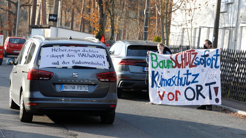 Mit einemAutokorso protestieren mehrere Menschen gegen das Bauvorhaben an der Rennbahn in Reichelsdorf.