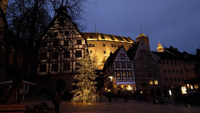 Vorweihnachtsstimmung am Tiergärtnertorplatz: Auch auf der Kaiserburg finden an Heiligabend erstmals Open-Air-Gottesdienste statt.