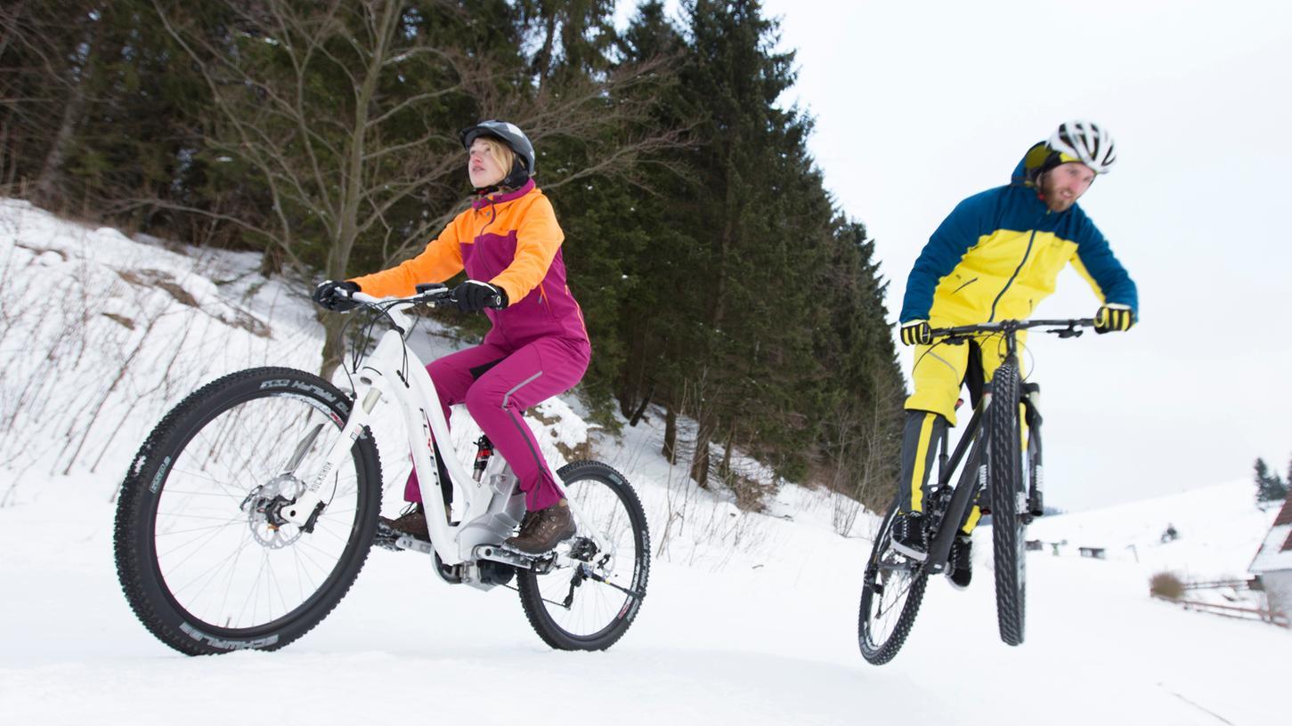 Macht Spaß, stellt aber auch eine Herausforderung dar: Auf zwei Rädern durch den Schnee.