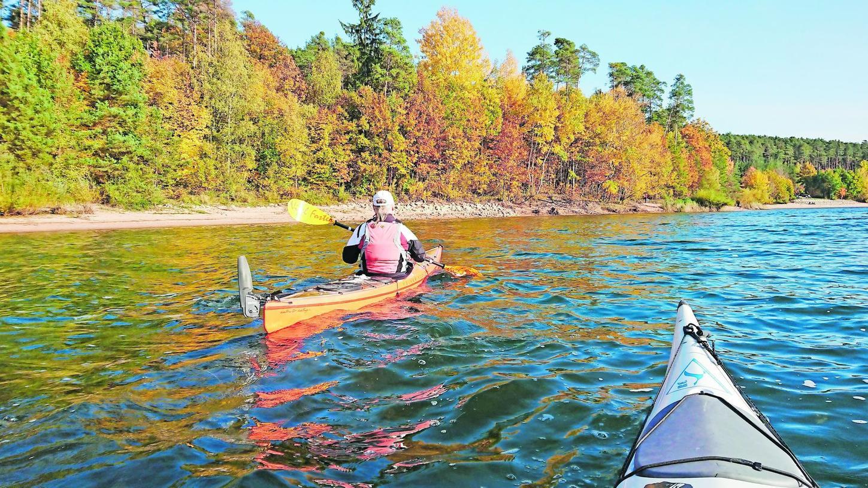 """Die Herbstsonne spiegelt sich im Brombachsee -solche Tage genießen die """"Seenlandpaddler"""" ganz besonders. Solange es noch wärmer als fünf Grad ist, steigt die Kajakgruppe ins Boot."""