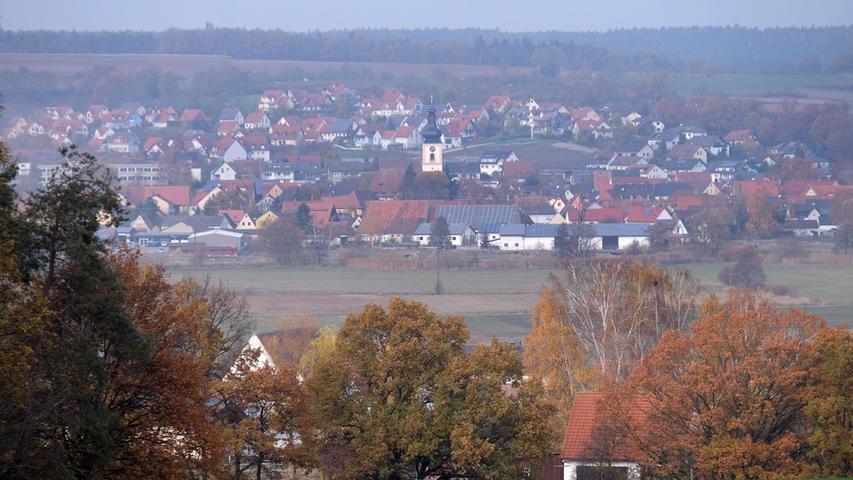 Mühlhausen im Landkreis Erlangen Höchstadt. Idyllisch im Tal der Reichen Ebrach gelegen, in Sicht- und Hörweite allerdings die A3 und die Ausfahrt Höchstadt-Nord. Hier gibt es den Rundweg der Erneuerbaren Energien.