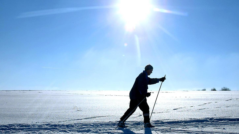 Alleine Langlaufen in Deutschland wäre möglich, sofern genug Schnee liegt, wie hier bei St. Helena/Neumarkt im Jahr 2004. Doch ob Ski alpin und Snowboard in diesem Winter überhaupt möglich sein werden, bestimmt nicht das Wetter, sondern die Infektionszahl.