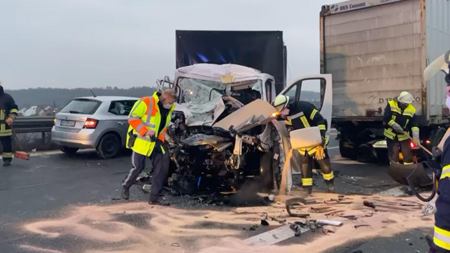 Der Kleinlaster wurde bei dem Unfall massiv beschädigt - der Fahrer nur leicht verletzt.