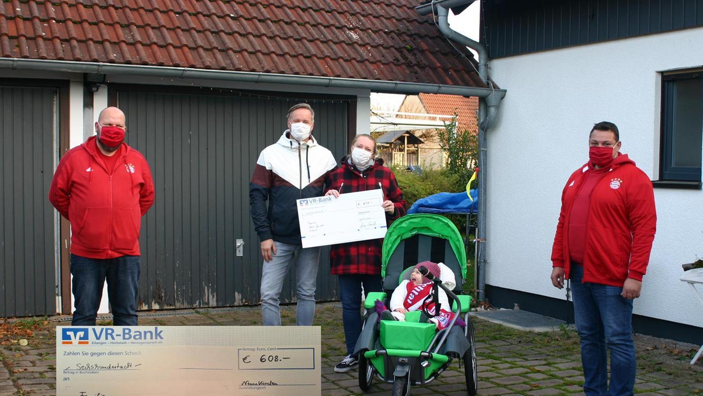 Die dreijährige Greta aus Dormitz und ihre Eltern mit den Vereinsvorständen des FC Bayern-Fanclub Schwabachtal Thomas Rehm und Armin Eimerich.
