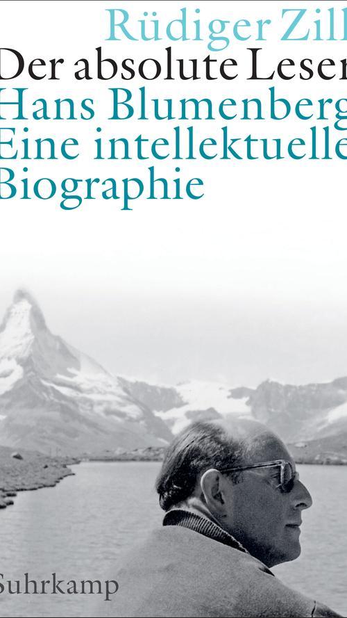 """Hans Blumenberg wäre in diesem Jahr 100 Jahre alt geworden, einer der bedeutendsten deutschen Philosophen der Nachkriegszeit. Anders als Habermas hielt er sich aber von politischen Diskursen fern. Ihm ging es um die menschliche Neugierde, um Metaphern und wie wir uns mit Erzählungen angesichts der eigenen Endlichkeit und Grundlosigkeit des Kosmos selbst behaupten. Rüdiger Zill hat mit seinem Buch """"Der absolute Leser. Hans Blumenberg"""" eine glänzende Einführung in Leben und Werk geschrieben (Suhrkamp, 38 Euro). André Fischer"""